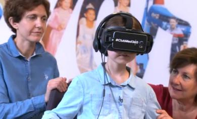 Célia porte un casque virtuel